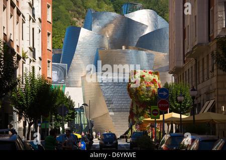 L'architecte Frank Gehry Guggenheim Museum design architectural futuriste avec fonction fleur chiot à Bilbao, Espagne Banque D'Images
