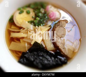 Bol de nouilles avec de la viande et des légumes Banque D'Images