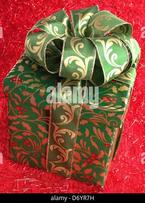 Cadeau de Noël vert et or Banque D'Images