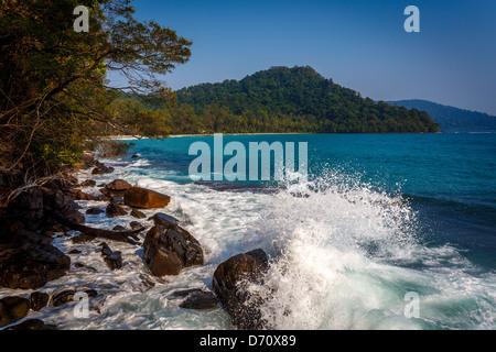 Des éclaboussures des vagues sur le rivage rocailleux Banque D'Images
