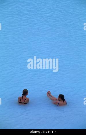 L'Islande, près de Reykjavik, le Blue Lagoon zone thermale, Spa,les gens dans la piscine Banque D'Images
