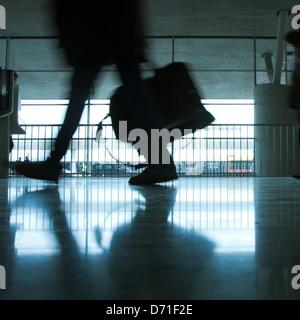 Abstract aéroport et silhouette de personne marche avec assurance