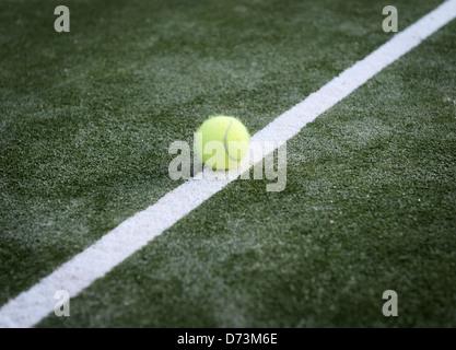 Balle de tennis sur une ligne. Banque D'Images