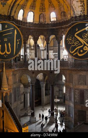 Vue de l'intérieur de Sainte-sophie, montrant des éléments islamiques sur le sommet de la coupole principale.