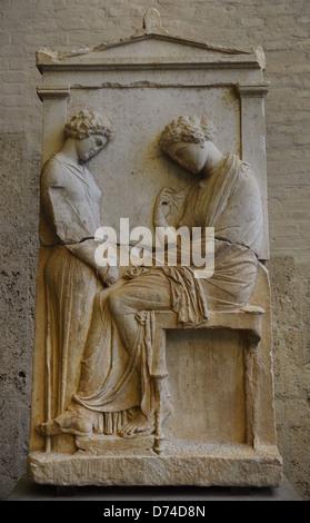 L'art grec de secours Grave Afra. Environ 380 BC. La femme morte est assis en face d'une fille affligé.
