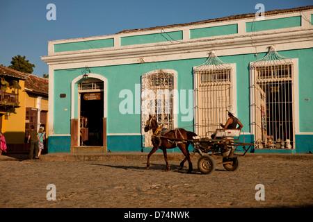 Transport de chevaux sur la place Plaza Mayor à Trinidad, Cuba, Caraïbes Banque D'Images
