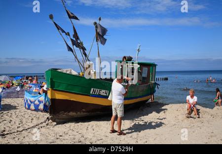 Niechorze (Horst), bateau de pêche sur la plage, de la mer baltique, occidentale, Pologne Banque D'Images