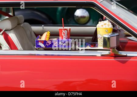 American Car fenêtre avec pop corn et Coca des hot dogs à un lecteur dans Banque D'Images