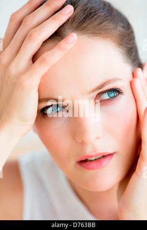 Femme souffrant de maux de tête. Banque D'Images