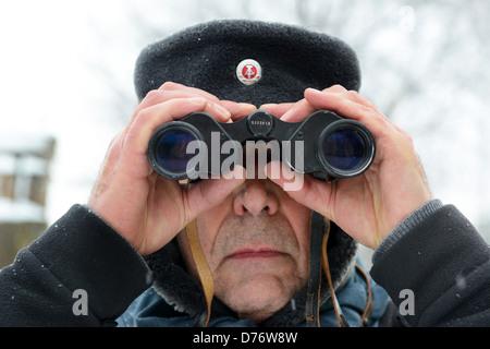 L'homme à porter avec des jumelles de l'Allemagne de l'ancienne garde-frontière hat Banque D'Images