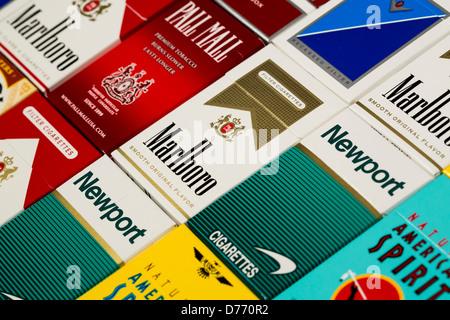 Différents paquets de cigarettes. Pall Mall, Marlboro, Winston, Camel, le Parlement, Newport, American Spirit.