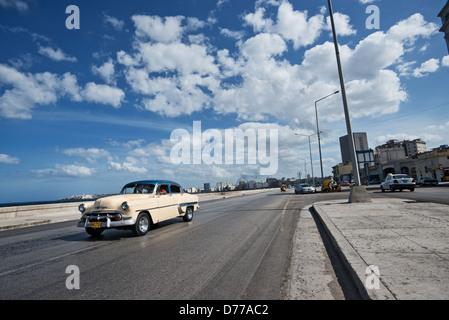 La Havane, Cuba, une vieille voiture américaine à La Havane, Malecon Banque D'Images