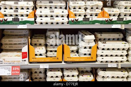 Boîtes d'oeufs en vente sur une étagère de supermarché Waitrose, UK