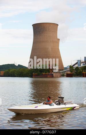 USA West Virginia Poca Man en vedette sous les tours de refroidissement John E. Amos Power Plant Banque D'Images