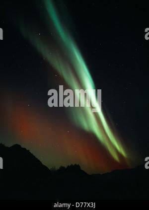 Aurore rouge vert plus de triangle inférieur Hill Talkeetna Mountains pendant les orages géomagnétiques en début Banque D'Images