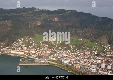 Ville de Bregenz (vue aérienne). Capitale du Vorarlberg au pied de la montagne Pfänder et les rives du lac de Constance, Banque D'Images