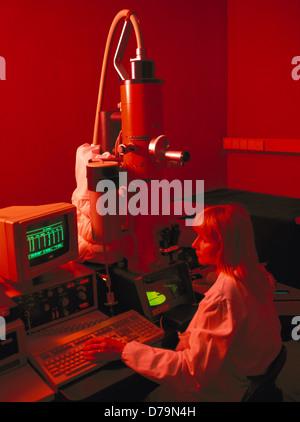 Technicien de recherche au microscope électronique à transmission recherche structure ultra Banque D'Images