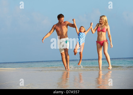 Family having fun en mer sur plage vacances Banque D'Images