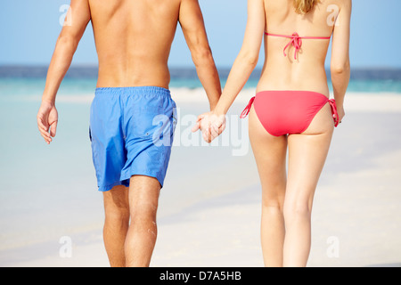 Close Up of Romantic Couple Walking on Tropical Beach Banque D'Images