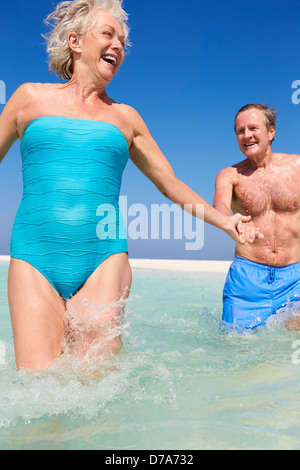 Senior Couple Having Fun in mer sur plage vacances Banque D'Images