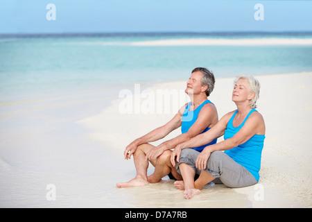 Couple de vêtements de sport de détente sur Belle Plage Banque D'Images