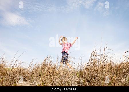 Enfant traversant dunes Banque D'Images