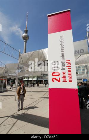 Exposition sur l'Alexanderplatz commémorant 20 ans depuis la chute du mur de Berlin, Berlin, Allemagne. Banque D'Images