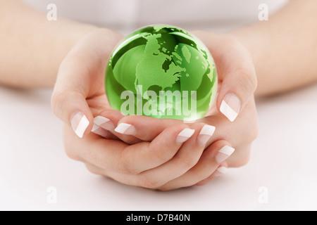 Green Globe dans les mains