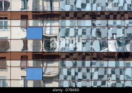 Réflexions du Musée d'art de la FRAC par Kengo Kuma dans les fenêtres en verre miroir du bâtiment voisin Marseille Banque D'Images