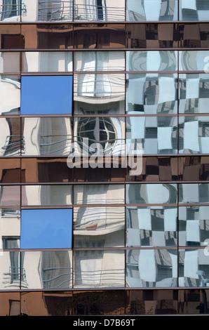 Réflexions de la déformée FRAC Musée d'art dans un immeuble de bureaux dans le quartier d'affaires Euromediterranée Banque D'Images