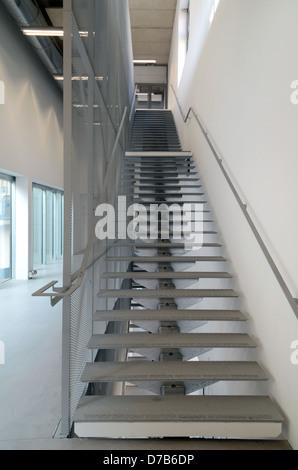 Escalier intérieur Musée et galerie d'art FRAC (2013) Marseille par Kengo Kuma Marseille Provence France Banque D'Images