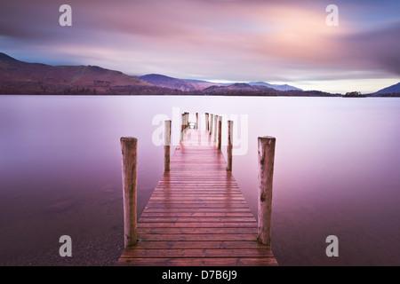 Embarcadère de ferry sur Derwent water tôt le matin près de Keswick Borrowdale Lake District Cumbria England UK Banque D'Images