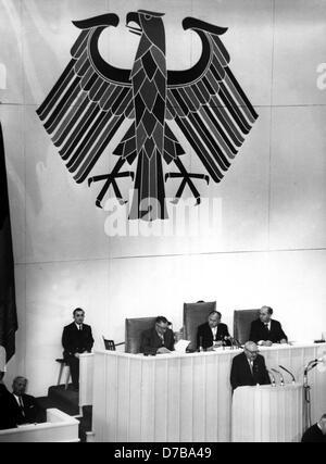 Ministre fédéral de l'Économie Ludwig Erhard (au pupitre) annonce un plan de relance économique le 19 octobre en 1955 à Berlin, qui se compose de douze points pour maintenir l'économie et monnaie stable.