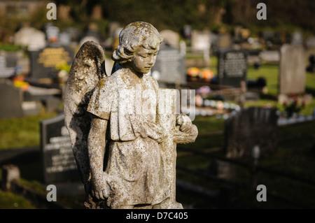 Stone Angel sur une pierre tombale dans un cimetière Banque D'Images