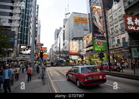 Hong Kong - avril 4th, 2007: Les gens de la rue dans la vie de tous les jours le soir. Banque D'Images