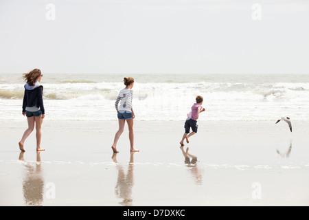 Famille de 3 jouer au beach