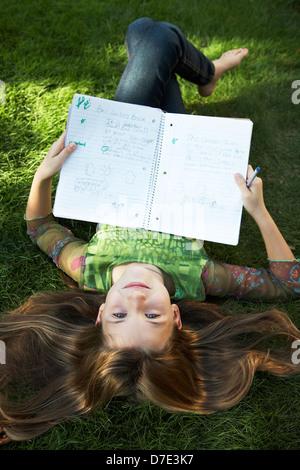 8 year old girl doing homework Banque D'Images