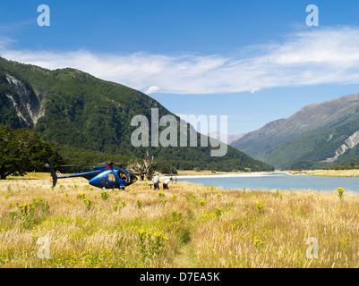 Les touristes débarquer d'un hélicoptère le long de la rivière de Wilkins, Mount Aspiring National Park, New Zealand Banque D'Images