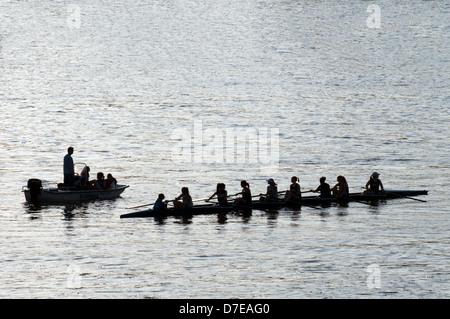 Silhouette de l'équipe d'aviron de dames sur le Potomac à Washington DC Banque D'Images