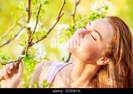 Closeup portrait of Beautiful woman enjoying calme nature printemps avec les yeux fermés, s'amuser en plein air, plaisir concept