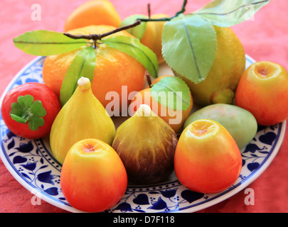 Frutta Martorana (bonbons typiques siciliens), divers fruits faite de massepain Banque D'Images