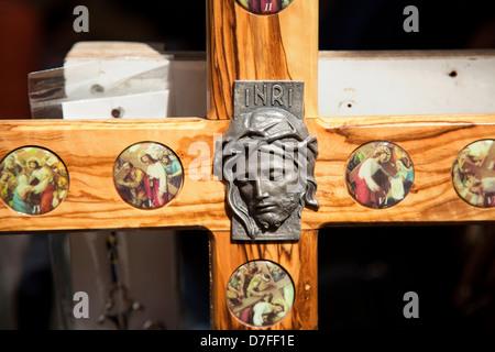 Jérusalem, Israël - 20 mai 2010: partie cross représentant Jésus Christ sa couronne d'épines plusieurs images montrant Banque D'Images