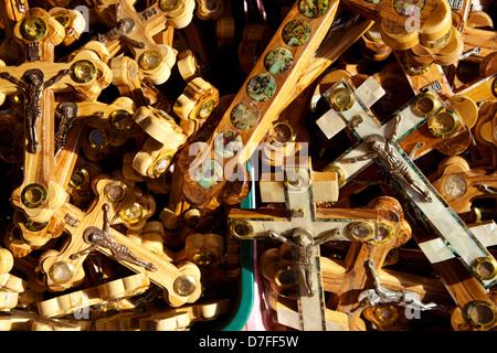 """Une pile traverse représentant Jésus Christ sa couronne d'épines plusieurs images montrant les stations """"Via Dolorosa"""". Banque D'Images"""