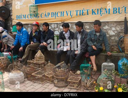Au nord-est de Sapa Vietnam - Hommes de hilltribe hmong noir vendre des oiseaux Banque D'Images