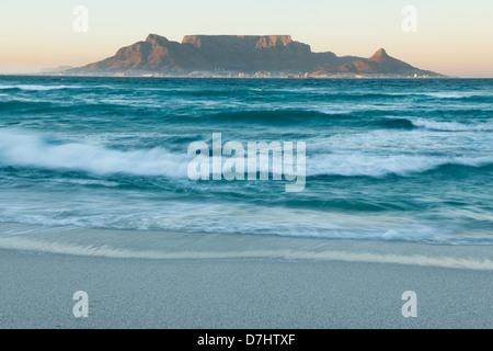 Vue de la Table Mountain à partir de Bloubergstrand, Cape Town, Afrique du Sud Banque D'Images