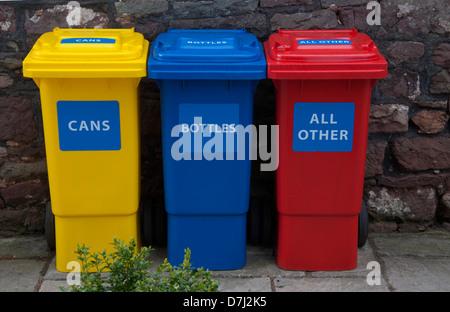 Les bacs de recyclage, de couleur, jaune, rouge, bleu, trois, contre stone wall background, respectueuse de l'environnement, Banque D'Images
