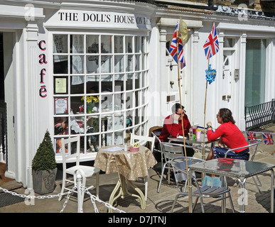 Un couple having coffee at the Dolls House Cafe, Harrow on the Hill, London, UK Banque D'Images