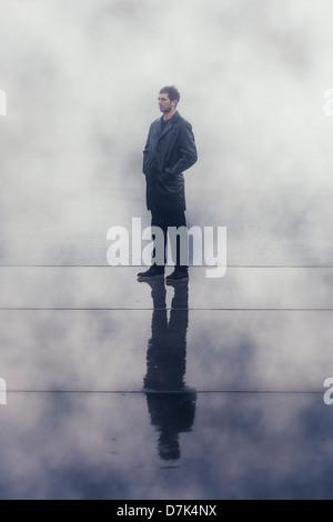 Un sinistre homme en noir, veste en cuir mouillé sous la pluie Banque D'Images