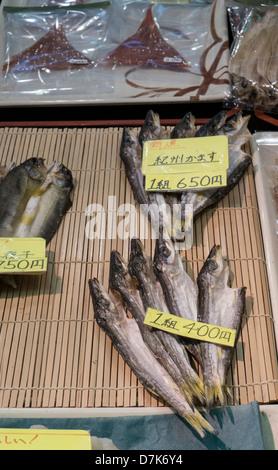 Sécher le poisson pour la vente du marché alimentaire Nishiki, Kyoto, Japon Banque D'Images