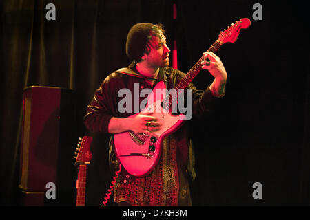 Birmingham, UK. Le groupe de rock alternatif Unknown Mortal Orchestra (de Nouvelle-Zélande et États-Unis) en concert à Birmingham Institure 8 mai 2013. Ruban Nielson le chanteur et guitariste.